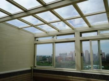 玻璃屋 - 牙白色骨架(8m/m清強玻璃 側面鋁平板)